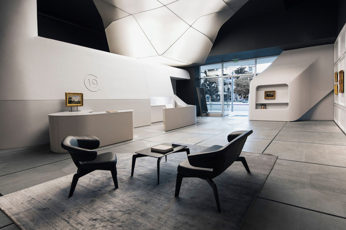 19c_1 [19659004] В своем элегантном минимализме и ретро-футуристической белизне обстановка художественной галереи, завершенная в мае 2018 года, стала подходящим фоном для картин 19 <sup> </sup> века, на которых галерея сосредоточена исключительно. </p> <p><img loading=