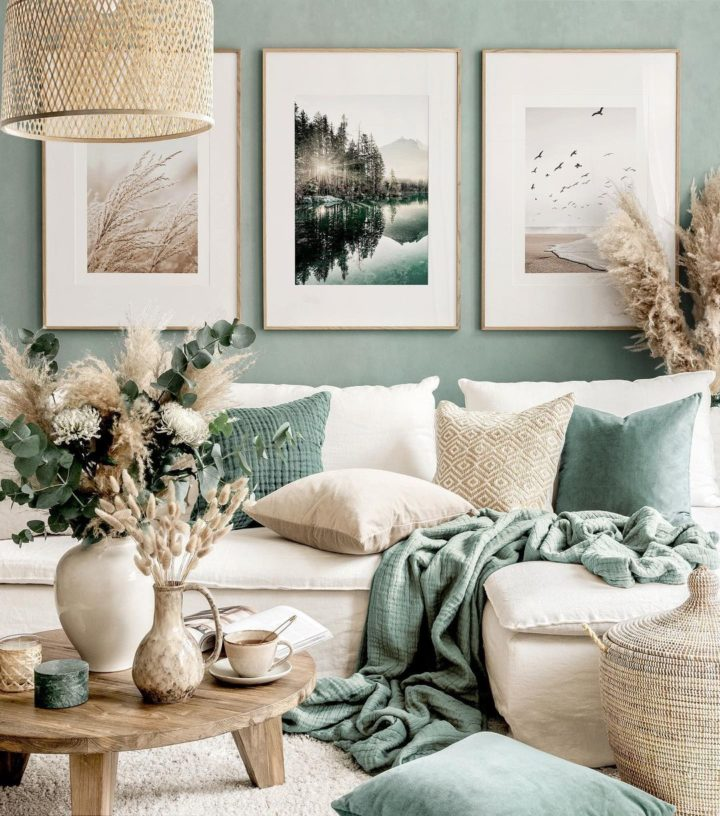 гостиная с кремовым современным диваном зеленая стена, подушки и стена художественная галерея