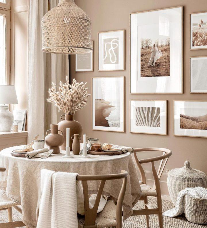 столовая с бежевой светло-коричневой стеной и круглым столом