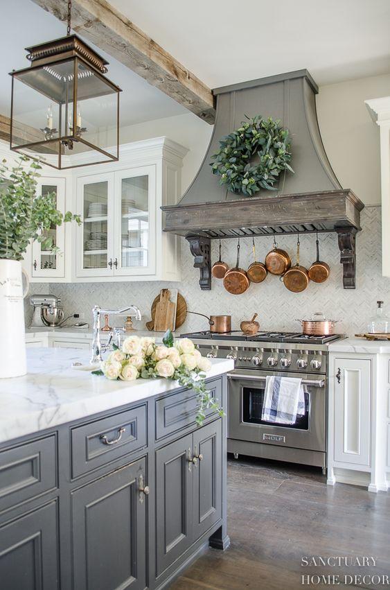бело-серая деревенская кухня со стеклянными шкафами