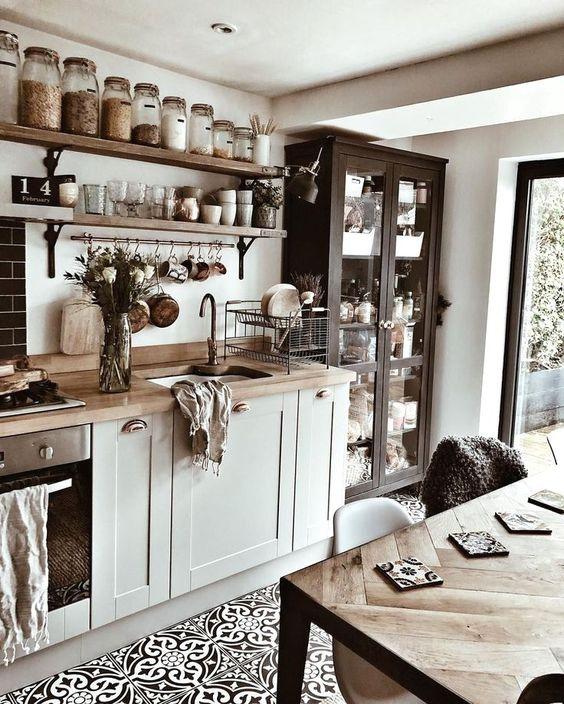 небольшая современная деревенская кухня с открытыми полками