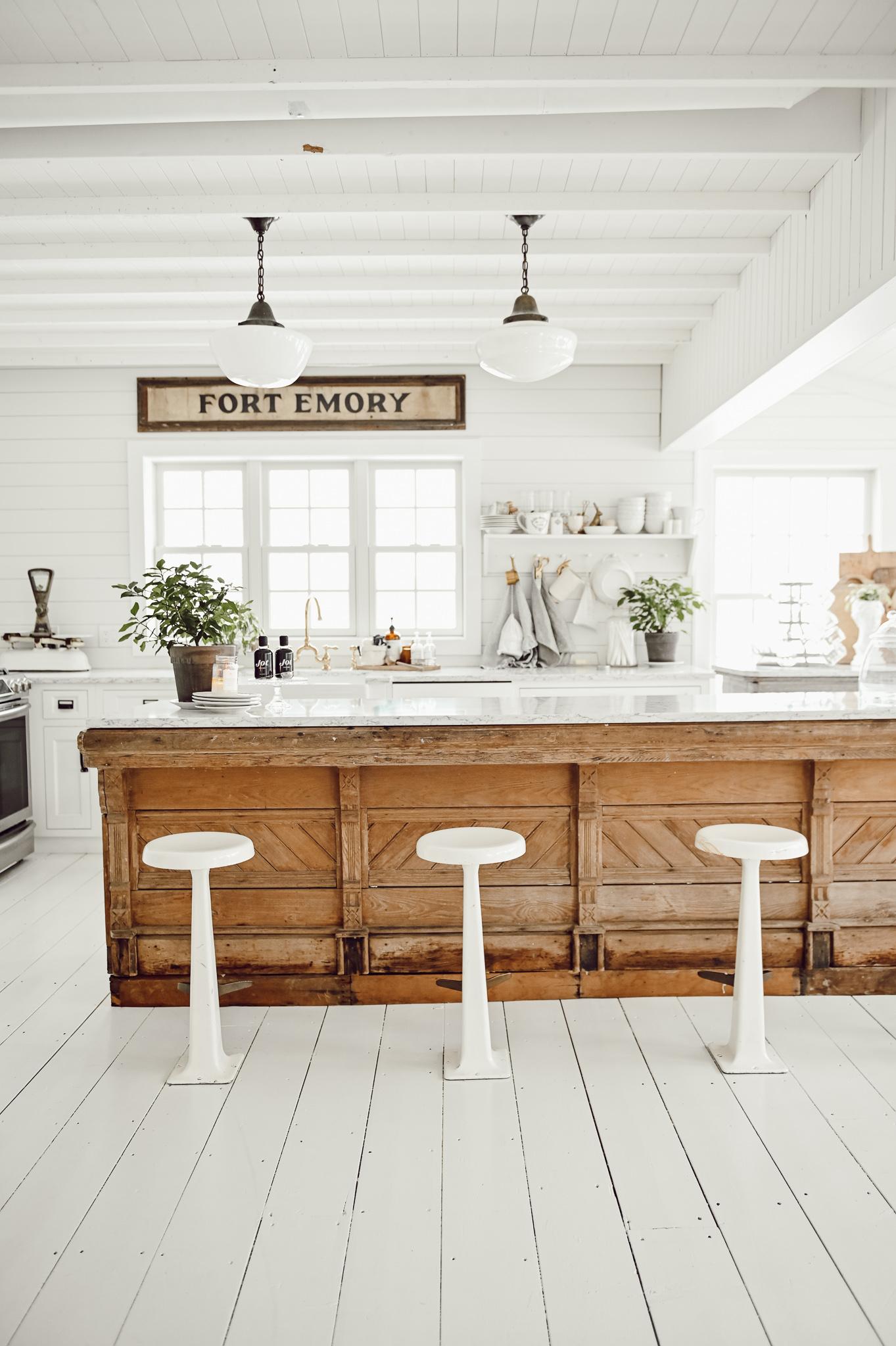 Антикварная кухонная стойка в фермерском доме