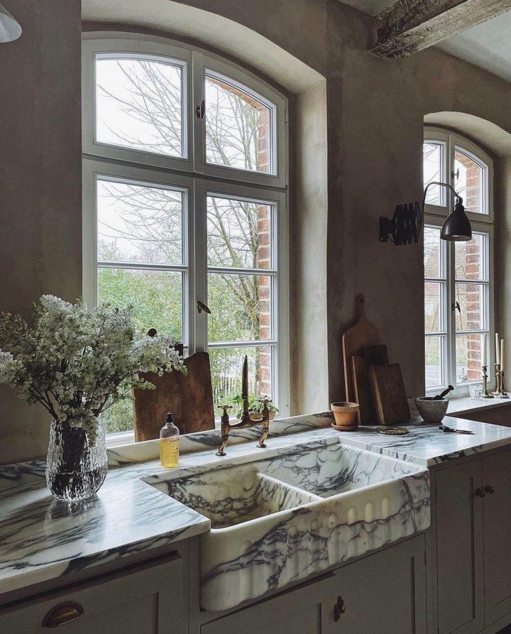 Белая двойная кухонная мойка из каррарского мрамора