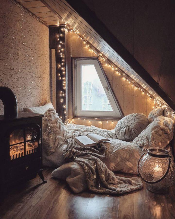 романтический уютный уголок для чтения на полу с гирляндами