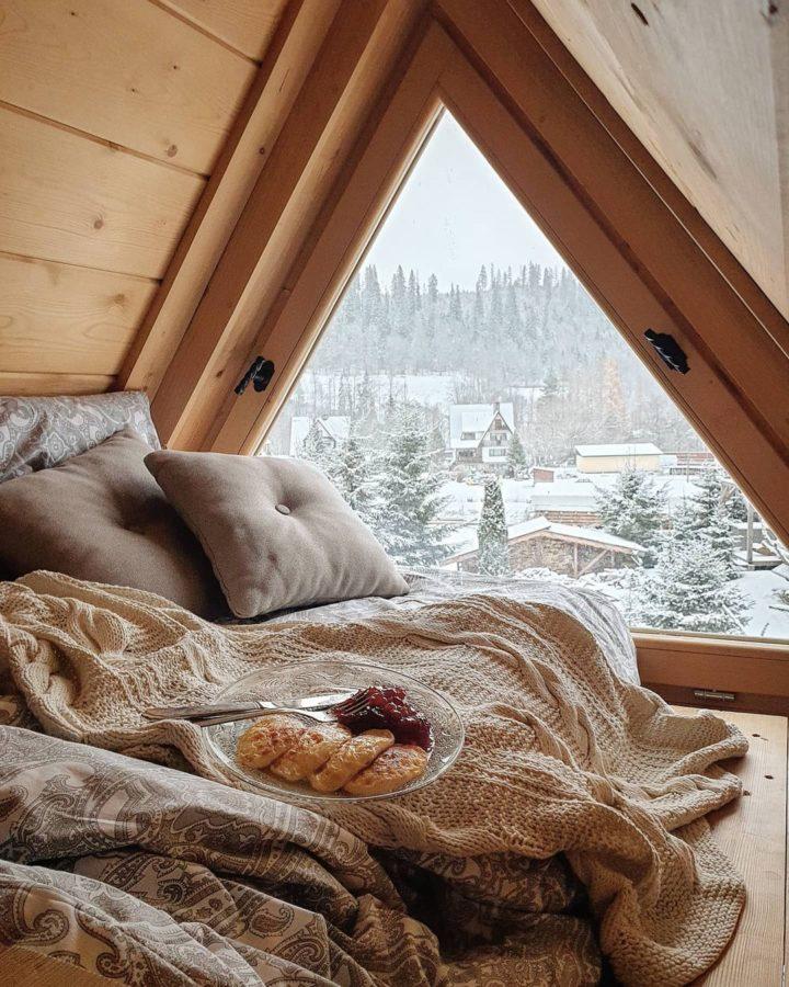 чердак уютный уголок для чтения напольная подушка